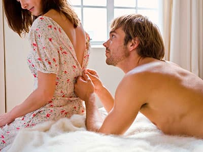 Девушка стесняется секса